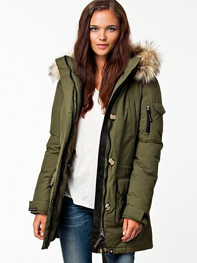 Nu is het aan jou om te kiezen welke van de winterjassen voor dames jou deze winter warm houdt. Volgens de trends zoeken we meer comfort, en dat betekent meer volume. Gewatteerde jassen zijn dikker, en langer, dan hiervoor.
